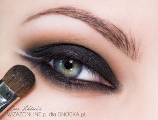 Na cień w kremie nałóż czarny cień prasowany, a załamanie powieki pokryj średnim brązem.