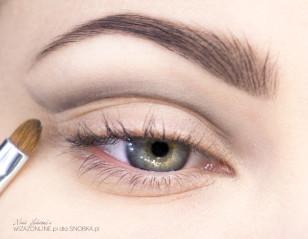 Małym pędzelkiem i czarnym cieniem delikatnei naszkicuj kształt makijażu, tak jak na załączonym zdjęciu.