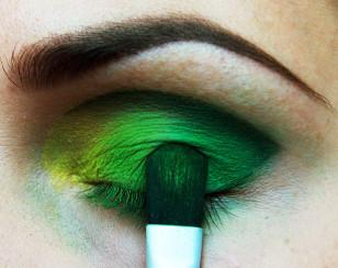 Na zewnętrzny kącik nałóż ciemniejszy zielony, dbając o to, aby przejście między kolorami było stopniowe.