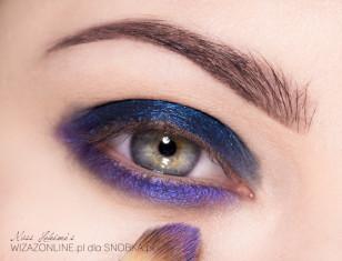 Na dolną powiekę nałóż fioletowy cień w kremie i zagruntuj go metalicznym fioletem.