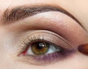 Zewnętrzną część dolnej powieki pokrywam perłowym, dosyć ciemnym fioletem. Wyciągam cień poza krawędź oka w zewnętrznym kąciku.