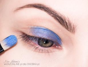 Wewnętrzny odcinek powieki górnej pomaluj kremowym, trwałym cieniem w niebieskim kolorze.