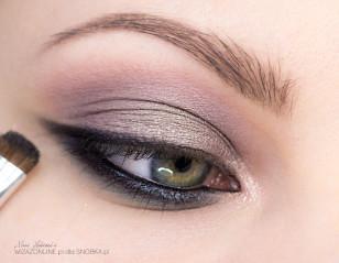 Również kohlem namaluj miękką kreskę wzdłuż górnej linii rzęs - osiągniesz dzięki temu efekt kocich oczu!