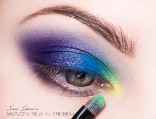 Wewnętrzny kącik oka zaakcentuj jasną zielenią i cytrynowym cieniem.
