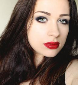 Twarz przypudruj, w tym makijażu nie używamy różu ani bronzera. Usta pomaluj krwistoczerwoną pomadką