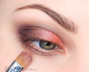 Aby zwiększyć świetlistość makijażu, dodatkowo nałóż nieco łososiowego pigmentu na wcześniej nałożony pomarańcz.