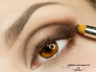 """Zaczynam od zrobienia """"szkicu"""" przy pomocy brązowego cienia (Makeup Geek Bada Bing)"""