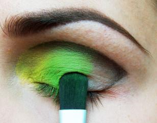 Na środek powieki nałóż głęboką zieleń, rozcierając granice między cieniami.