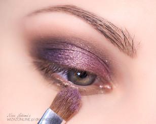 Na środek powieki nałóż różowo-złoty pigment.