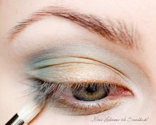 Po roztarciu granic pigmentu, podkreślam dolną powiekę. Zewnętrzna połowę maluje mieszanką morskiego i granatowego koloru, wewnętrzną zaś pokrywam złotym pigmentem.