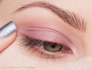 """Na policzki i pod oczy nakładam """"pasy"""" z pudru sypkiego. Na powiekę nakładam bazę. Następnie nakładam na nią primer w fioletowym kolorze. Wewnętrzny kącik oka akcentuję jasnoróżowym, perłowym primerem."""
