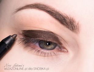 Na powiekę nałóż kredkę w brązowym kolorze.