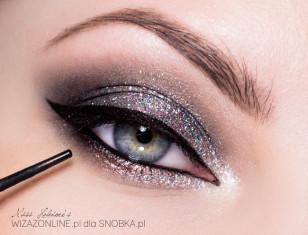Linię wodną w oku oraz linię górnych rzęs pomaluj czarnym kholem.