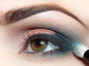 Zewnętrzną część oka rozcieram przy pomocy matowego turkusu.