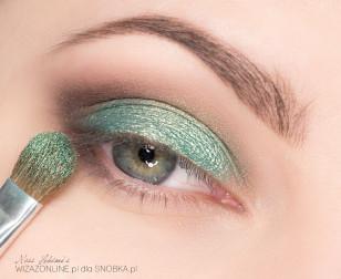 Środek powieki pokryj metaliczną zielenią, skrzącą na złoto.