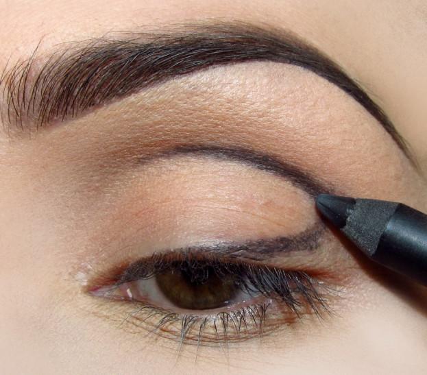 Miękką kredką w czarnym lub brązowym kolorze zaznacz kształt jaki chcesz by miał makijaż. Ja zdecydowałam się na lekko oderwaną kreskę wzdłuż linii rzęs która nastepnie przechodzi płynnie w załamanie powieki.