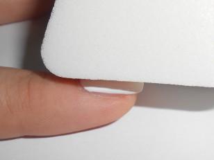 Od razu po namalowaniu pasków na gąbce zacznij przykładać ją do płytki, ruchami góra-dół lekko poklepując płytkę, aż do pełnego pokrycia. Nie trzeba dociskać jej mocno, wystarczą lekkie dotknięcia