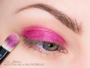 Na ruchomą część górnej powieki nałóż intensywnie różowy, metaliczny cień.