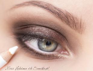 Linię wodną w oku rozjaśnij białą kredką.