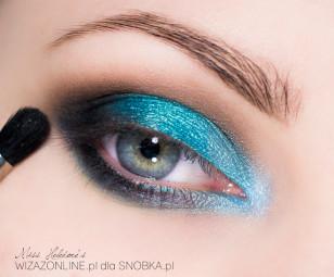 Zewnętrzny kącik oka i dolną powiekę przyciemnij czernią.