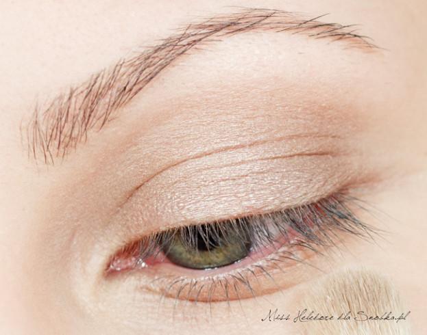 Na powiekę nakładam bazę pod cienie. Makijaż zaczynam od pokrycia całej ruchomej powieki, aż po załamanie, jasnym, perłowym cieniem w blado-beżowym kolorze.