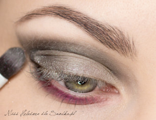 Moving part of the upper eyelid, prepare the glitter: Cover the lid, light, silver pigment.
