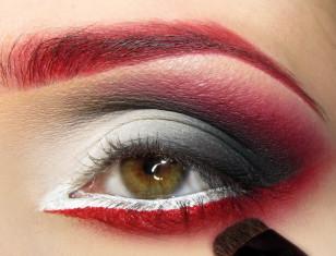 Poniżej linii rzęs maluję precyzyjną kreskę czerwonym eyelinerem i rozcieram ostrożnie ku dołowi przy pomocy czerwonego cienia