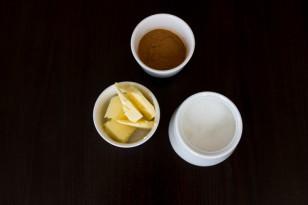 W tym czasie rozpuszczamy pozostałą część masła, dodajemy cynamon i cukier
