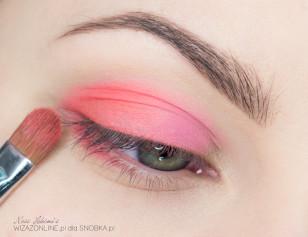 Zewnętrzny odcinek oka pokryj pomarańczowym, matowym cieniem (może być neonowy).