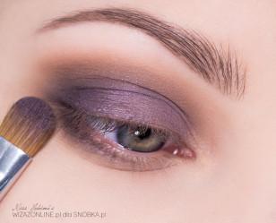 Zewnętrzny kącik oka przyciemnij ciemnym fioletem.
