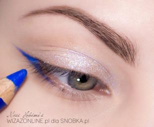 Zewnętrzny kącik oka wydłuż malując kreskę przy użyciu niebieskiej kredki.