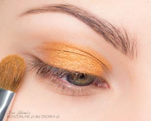 Na środek ruchomej części powieki górnej nałóż złoto-pomarańczowy cień.