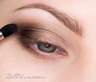 Rozetrzyj granice brązu przy użyciu popielato-brązowego cienia i podkreśl w ten sposób załamanie powieki.,
