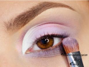 Środek powieki pokrywam fioletowym pigmentem opalizującym koral (Femme Fatale Cosmetisc Phantasm)
