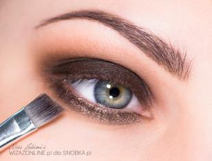 Dolną powiekę pomaluj metalicznym brązem.