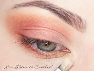 Wewnętrzny kącik oka akcentuje złotym pyłem.