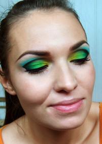 W tym makijażu cała uwaga ma się skupiać na oczach, wiec nie nakładaj ani różu ani bronzera a usta pozostaw naturalne.