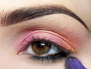 Dolną powiekę do 2/3 długości zaczynając od zewnętrznego kącika przyciemniam czarnym żelowym eyelinerem…