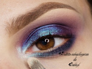 Kącik oka dodatkowo rozświetlam szampańskim pigmentem (Femme Fatale Cosmetisc Cake)