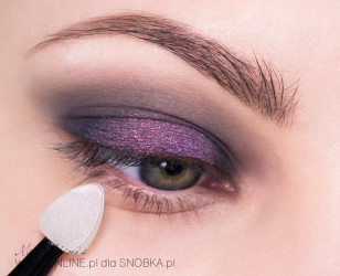 Nałóż na środek powieki różowo-złoty pigment (kameleon).