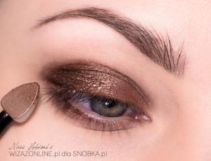 Na kremową bazę nałóż w zewnętrznym kąciku oka nieco ciemnego, metalicznego, brązowego pigmentu.