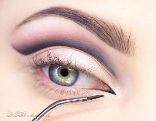 Wewnętrzny kącik oka zaznacz czarnym eyelinerem.