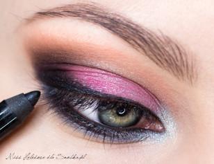 Czarną kredką pomaluj linię wodną w oku. Zagęść nią także linię rzęs.