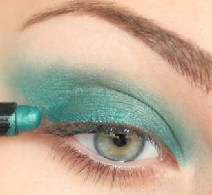 Całą górną powiekę pokryj kredką w kolorze morskiej zieleni.