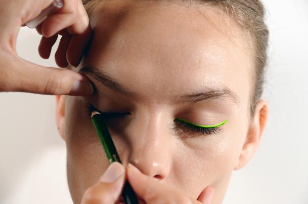 Zamienniki kosmetyczne: neonowa kreska jak u Moniki Brodki