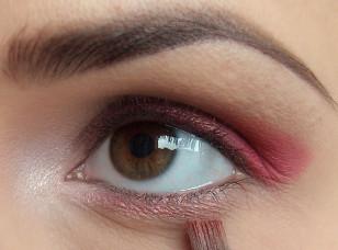 Na dolną powiekę nałóż ten sam opalizujący cień, nie dociągając go jednak ani do zewnętrznego ani wewnętrznego kącika oka.