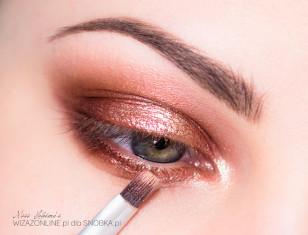Aby dodać błysk, na środek górnej powieki nałóż złoty cień imitujący folię - jego piękny połysk sprawi, że Twoje oczy będą błyszczeć!