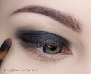 Jako bazy użyj czarnego, trwałego cienia w kremie. Nałóż go na górną powiekę, od linii rzęs po załamanie.