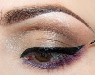 Na górnej powiece maluję dosyć grubą kreskę żelowym eyelinerem i wyciągam ją dość mocno do góry.