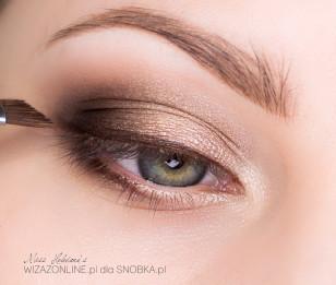 Wzdłuż dolnej linii rzęs namaluj brązową kreskę, a górną linię rzęs podkreśl na mokro tym samym brąem - uzyskasz efekt eyeliner'a!